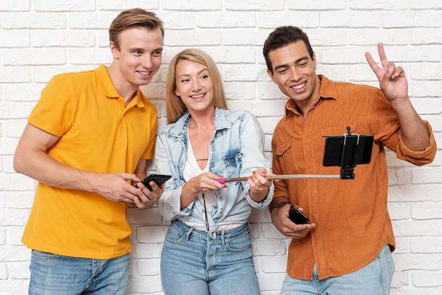 Selfieを取って友人のグループ