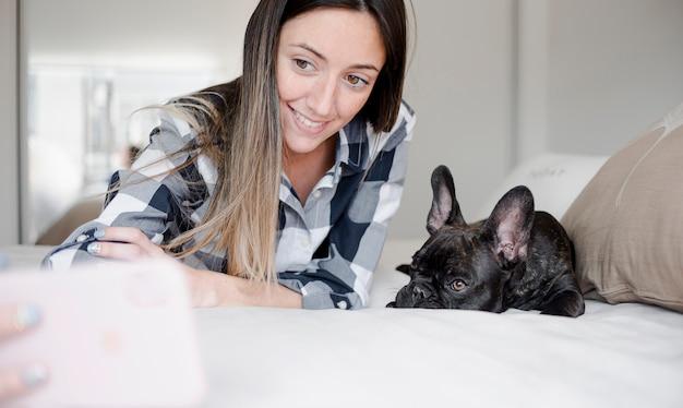 彼女の犬とselfieを取ってスマイリー少女