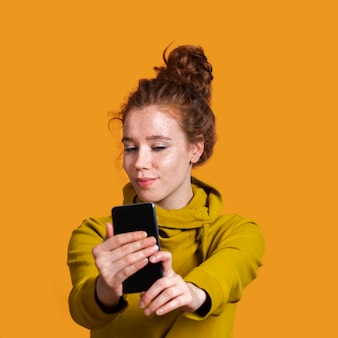 Selfieを取ってミディアムショットのきれいな女性
