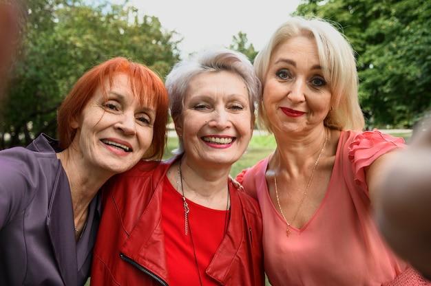 Милые старшие женщины принимая selfie