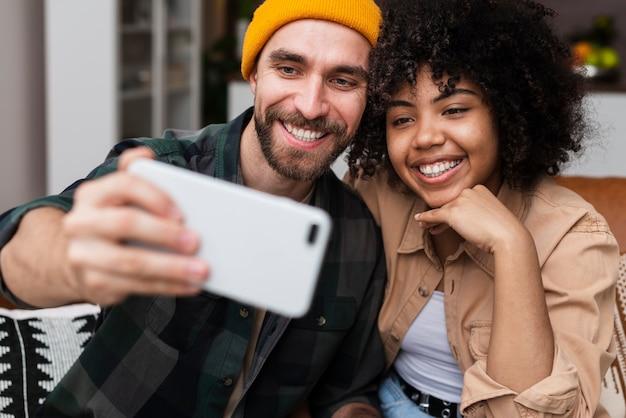 Selfieを取って幸せな流行に敏感なカップル