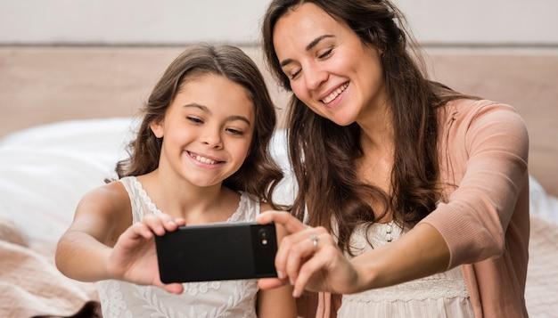 母と娘、selfieを取る