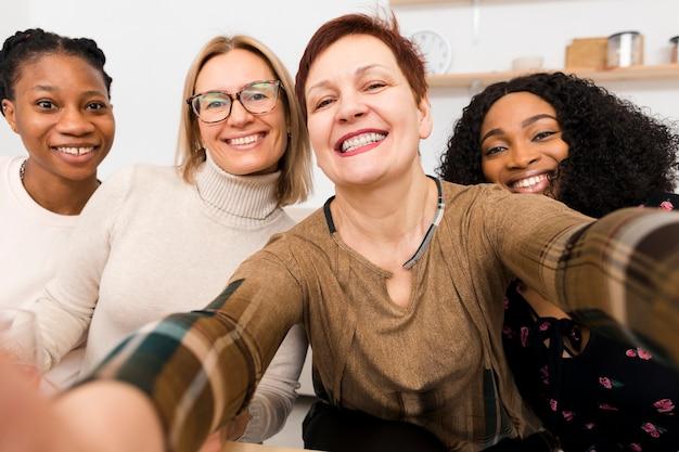 Selfieを取っている女性のグループ