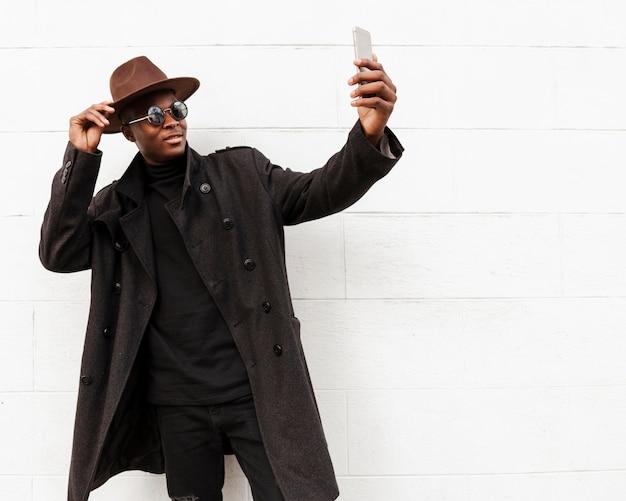 Selfieを取ってハンサムな成人男性