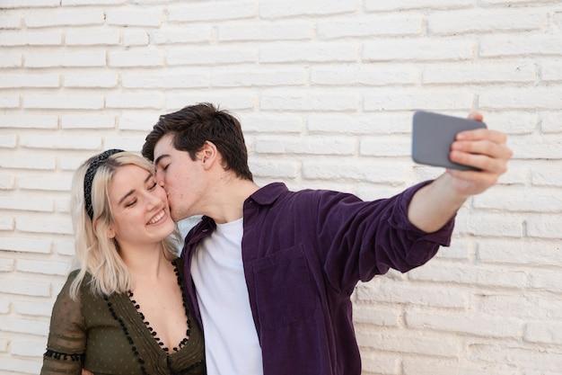 スマイリーカップル、selfieを取って