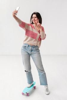 スケートボードのselfieを取ると高角度の女の子