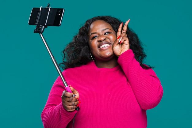 Женщина низкого угла принимая selfie