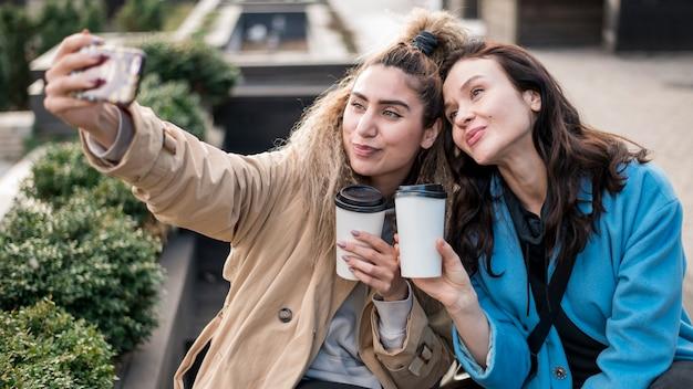 Selfieを取って美しい若い女性