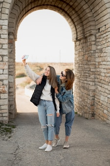Selfieを取って最高の女性の友人