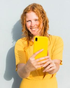 Selfieを取って幸せな女の子