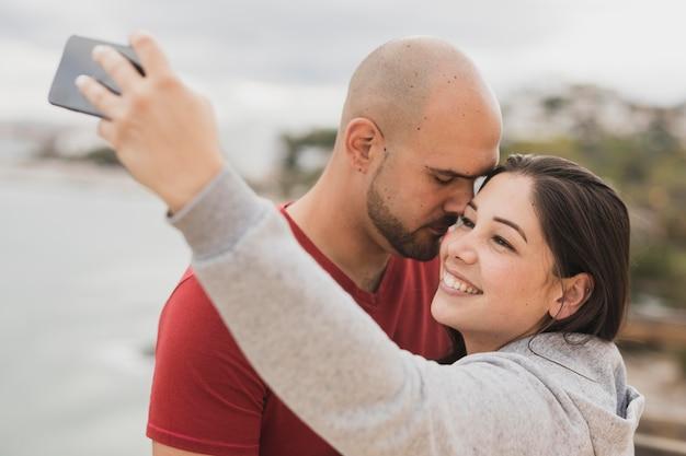 Selfieを取って海辺でのカップル