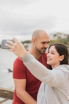 スマイリーカップル撮影selfie