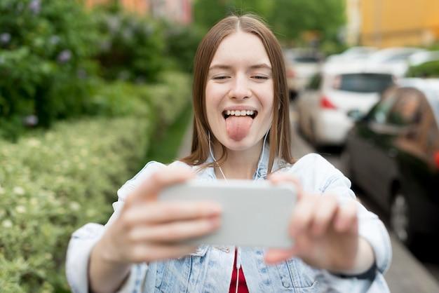 Selfieを取って幸せな女