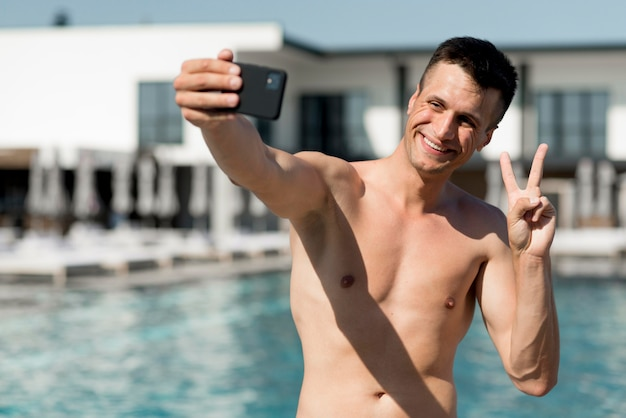 Selfieを取って笑顔の男の正面図