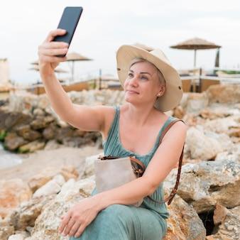 Selfieを取ってシニア観光女性