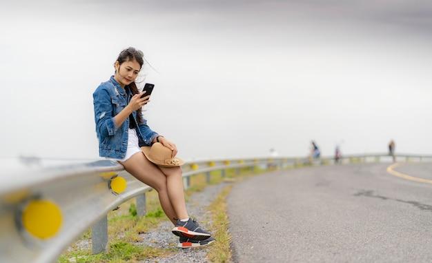 アジアの女性は携帯電話からselfieを撮影しています