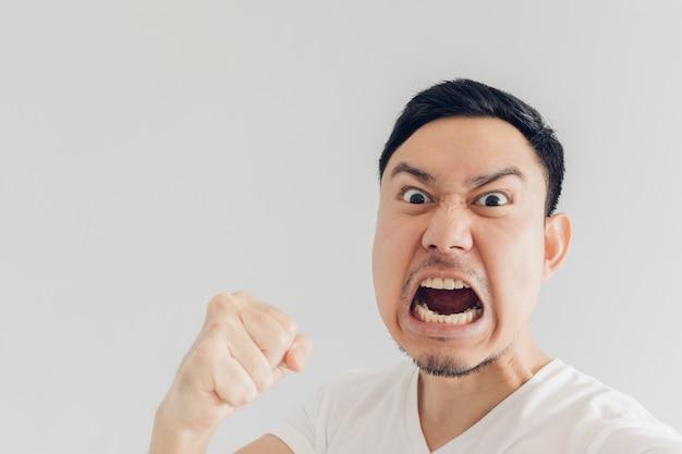 怒っている人selfie自身の顔を閉じます。