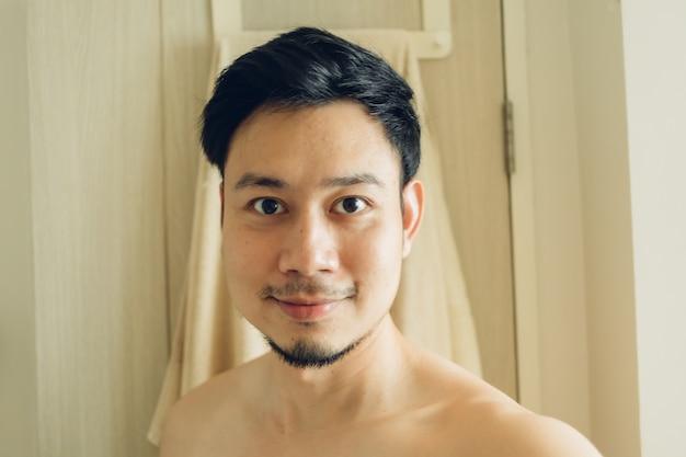 Selfie портрет счастливого человека в ванной комнате.