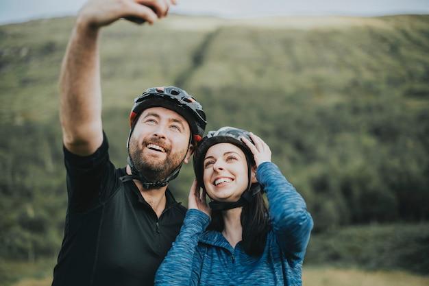 自転車に乗って、selfieを取っているカップル