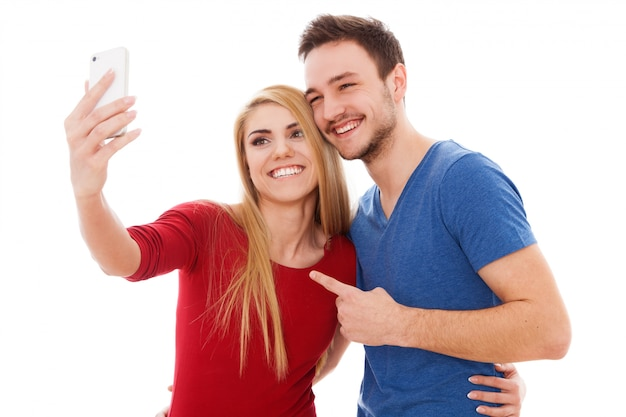 若いカップル、selfieを作る