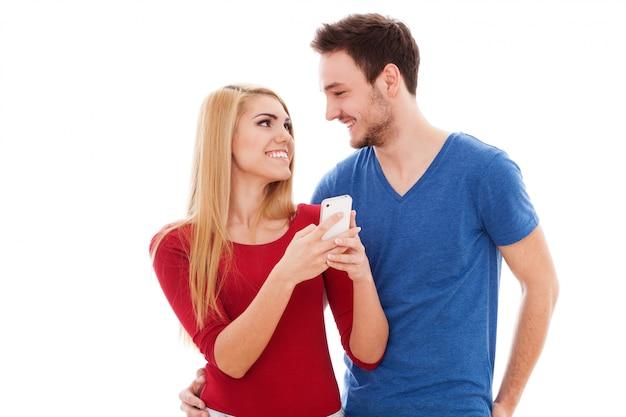 流行に敏感な若いカップル、selfieを作る