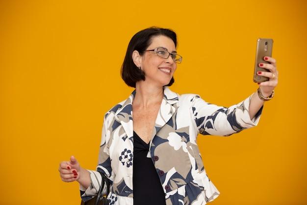 Selfieを作るビジネス女性