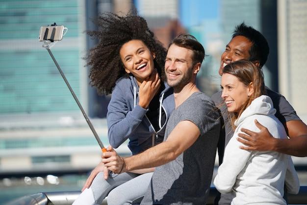 Selfie写真を撮る友人のグループ