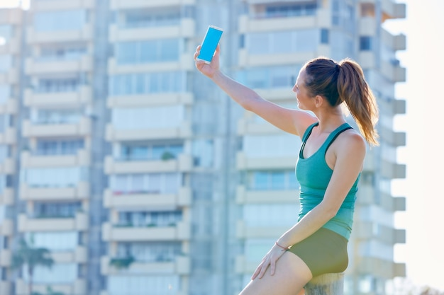 Selfieを撮影休憩を持つランナー少女