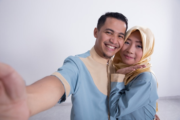 イスラム教徒のカップルを取るselfie