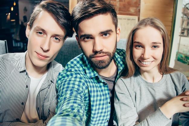 Selfieを作って幸せな陽気な親友のグループ。