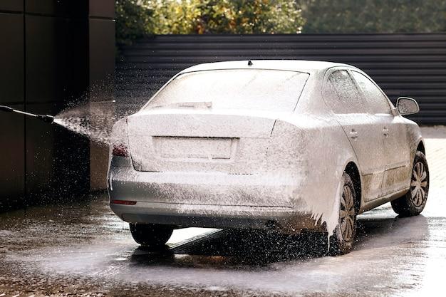 Автомойка самообслуживания нанесение моющего средства на машину