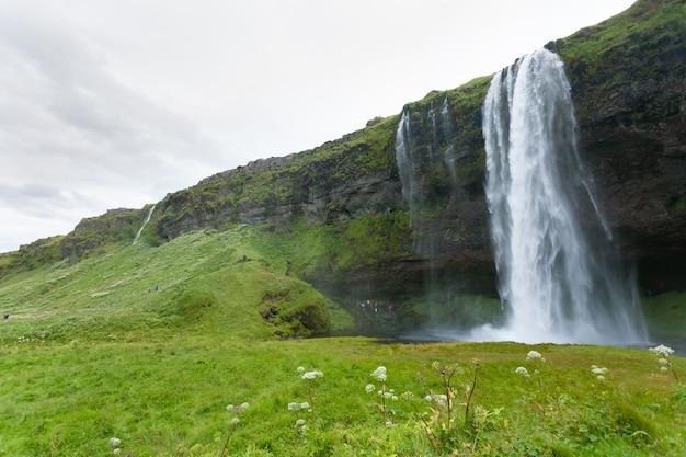 Селйяландсфосс падает в летний сезон, исландия. исландский пейзаж.