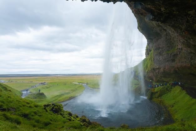 セリャラントスフォスは、アイスランドの夏のシーズンビューに落ちる