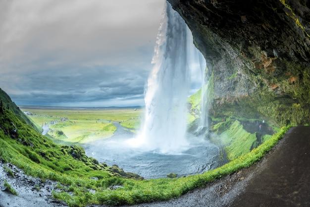 Водопад селйяландсфосс в исландии летом