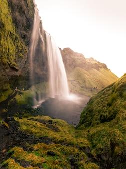 Водопад сельяландсфосс в южной исландии