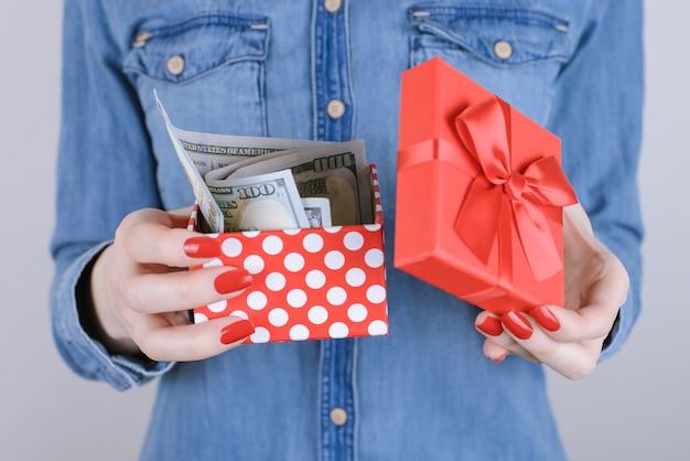 Продать людей благотворительность пожертвовать доход льготы выгода дать скидку распродажа дополнительная работа работа бизнес предприниматель концепция рождества. обрезанное фото счастливой дамы с кассовым ящиком на изолированном фоне крупным планом