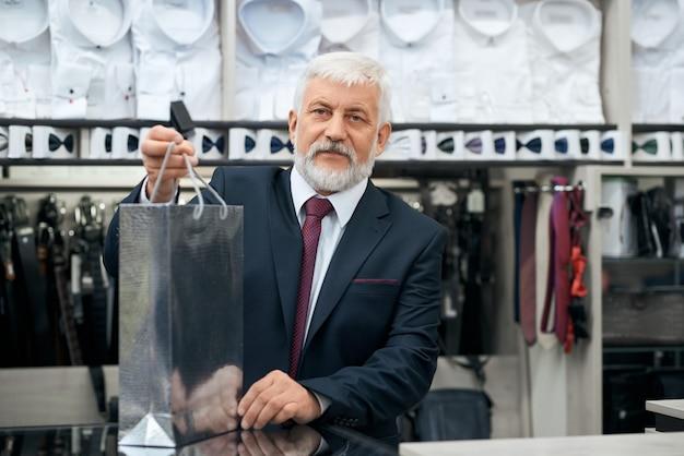판매자가 매장 남성복 구매를 준비하고 있습니다.