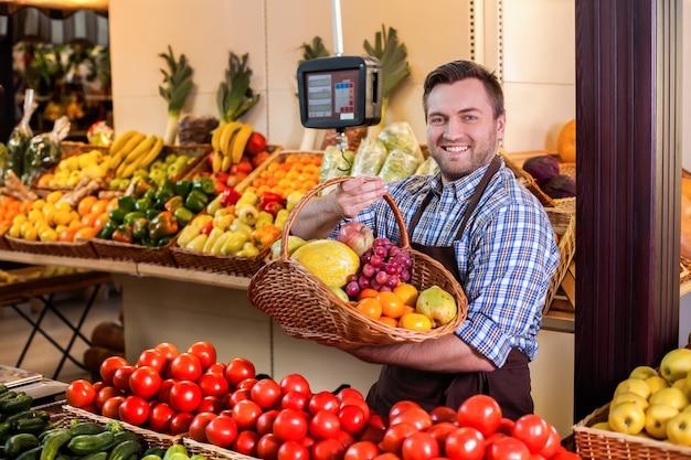 Продавец предлагает купить спелые плоды.