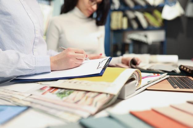 売り手コンサルタントは、ファブリックサロンの注文コンセプトで買い手を注文します
