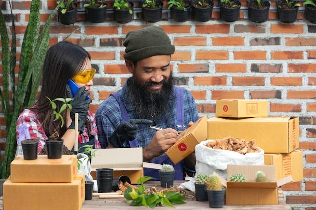 Продажа растений онлайн, продавцы общаются с покупателем по мобильному телефону.