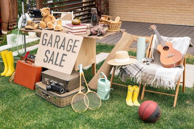 Продажа вещей на дворовой распродаже