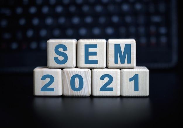 Текст sem 2021 на деревянных кубиках на монохромном фоне с отражением.