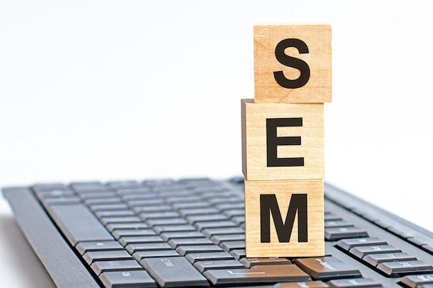 Сем в 3d деревянные буквы алфавита на поверхности клавиатуры