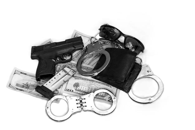 マグ、ラウンド、手錠付きのドルの山の革の財布と半自動拳銃の銃器