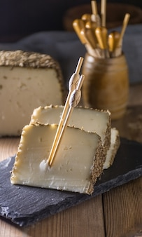 Semi-cured cheese with a thin layer of aromatic herbs.