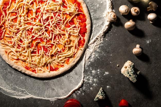 Полуфабрикаты пиццы с сыром и томатным соусом
