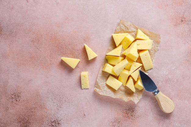 Полутвердый сыр тильзитер нарезанный.