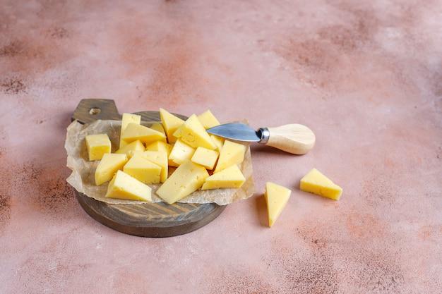 スライスしたセミハードティルジットチーズ。