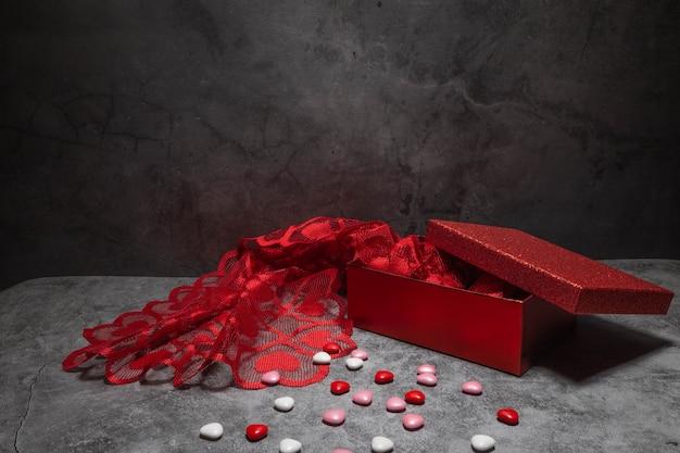 チョコレートとセミオープンの赤い箱