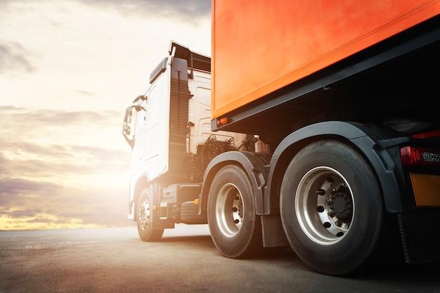 Полуприцеп грузовик на стоянке в sunset sky industry. логистика и транспортировка грузовых грузовых автомобилей.